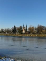 Kościół św. Marcina - widok bez panoramy, ale przez Zalew.