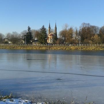 Takoż i tutaj: św. Marcin, bez panoramy, ale przez Zalew.
