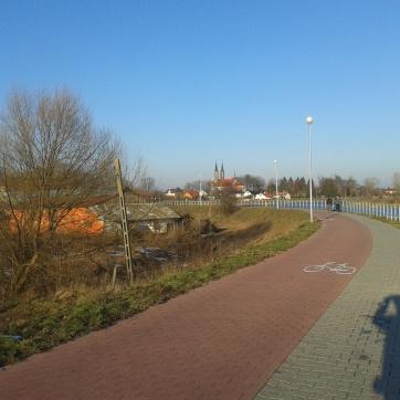 Ścieżka rowerowa, z widokiem na kościół św. Marcina (w oddali) i cień autora (zupełnie blisko).