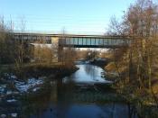 i ku mostu kolejowego przemyślnej konstrukcji.