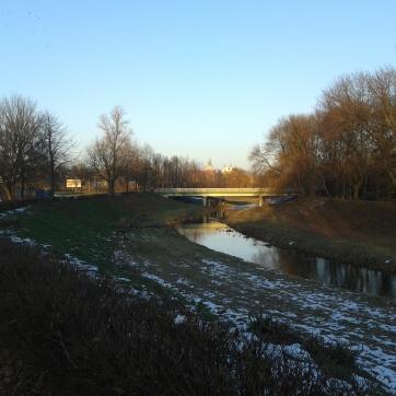 Most na Nowej Drodze, a w oddali: zabytkowe wieżyce (i kogucik blaszany).