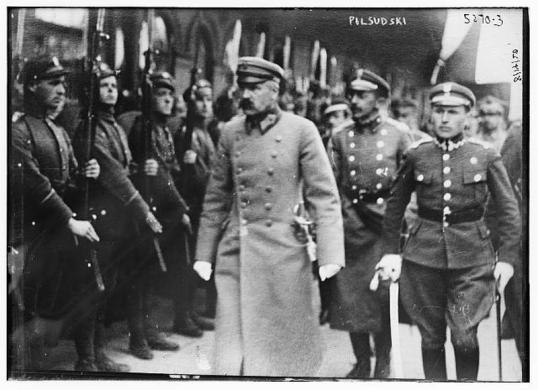 Piłsudski dokonujący przeglądu oddziałów. Fotografował legionista Adam Dulęba. United States Library of Congress